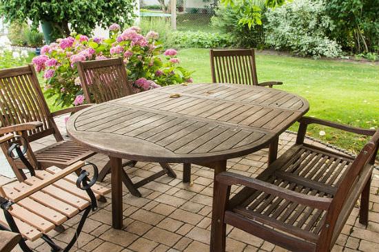 Reinigung von Gartenmöbeln mit Caramba