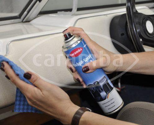 Sprühen Sie Caramba Cockpitspray auf ein weiches Tuch auf