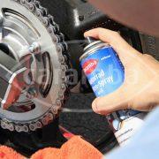 Weißes Motorrad Kettenspray von Caramba zur besseren Sichtkontrolle der Schmierung